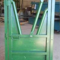 Puerta con cepo de captura para manga